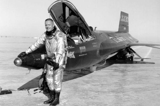 Neil Armstrong junto a un avión X-15-3 en Rogers Dry Lake de la base de la Fuerza Aérea de Edwards / NASA / HANDOUT (EFE)
