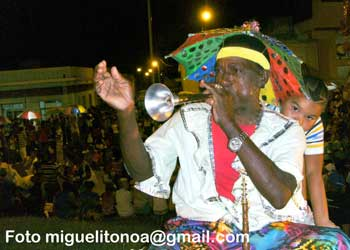 La corneta china da un sabor especial a los carnavales en Santiago de Cuba. Foto miguelitonoa@gmail.com