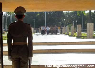 Santiagueros y santiagueras recordaron hoy en el cementerio Santa Ifigenia el inicio de nuestras luchas independentistas en el ingenio La Demajagua, donde Carlos Manuel de Céspedes dio el primer grito de libertad de Cuba. Foto miguelionoa@gmail.com