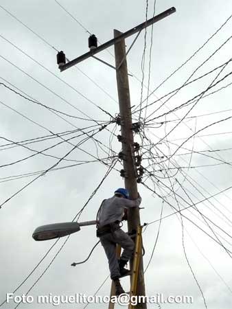Rehabilitación del sistema eléctrico en Santiago de Cuba. Foto miguelitonoa@gmail.com