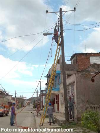 Rehabilitación del sistema telefónico en Santiago de Cuba. Foto miguelitonoa@gmail.com
