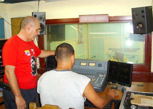 Periodista y operador de sonido unidos en el trabajo diario. Foto miguelitonoa@gmail.com
