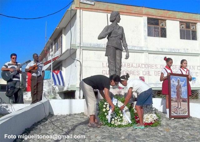 Trabajadoras y trabajadores de la gran fábrica textil de Santiago de Cuba recordaron la mañana de este viernes a la heroína de la sierra y el llano, Celia Sánchez Manduley, en el aniversario 94 de su nacimiento.