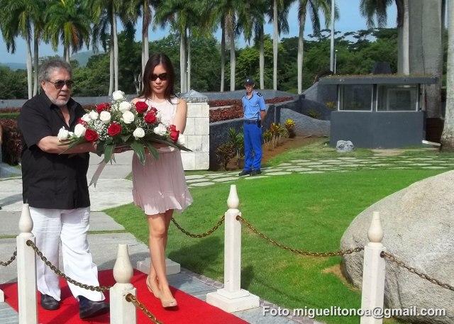El embajador de Ecuador en Cuba, Edgar Ponce Iturriaga y la Cónsul General de ese país en la isla Soraya Encalada realizaron  la mañana de este sábado una visita al mausoleo del Segundo Frente Oriental y depositaron  una ofrenda floral a