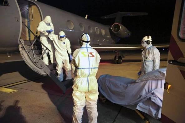 """Báez, quien bajó del avión a pie y vestido con un traje de protección y una máscara, pudo conversar con los responsables que le atienden, a quienes dio """"un testimonio desgarrador"""" de lo que sucede en Sierra Leona."""